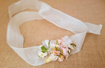 Cinturón tela de saco con flores a juego de la corona