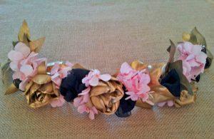 prendido hortensias rosa y flores doradas