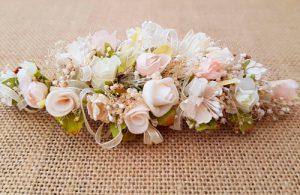 Tocado flores tostado vestido
