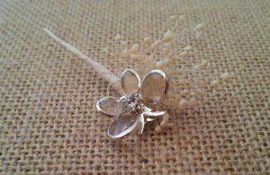 flor suelta mariposa