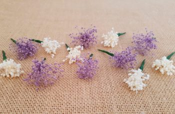 Flores sueltas marfil y moradas