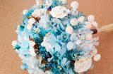 Ramo novia tipo bouquet con flores de hortensias secas color azul combinadas con flores secas, flores de foam, flores de papel y flores de tela.