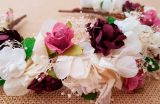 Diadema hortensias marfil y flores granates